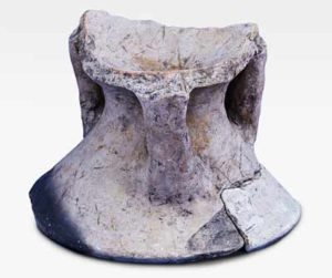 Pedestaled-dish-shaped clay artifact